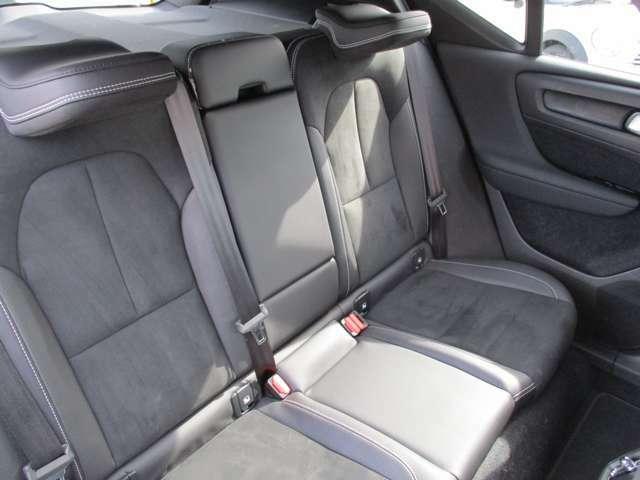 後席のヘッドレストは可倒式。乗員がいない場合は写真のように畳むことで、ドライバーの後方視界を確保する事が可能です。