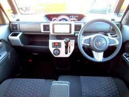 ベンチシート採用で広々した運転席となっております。