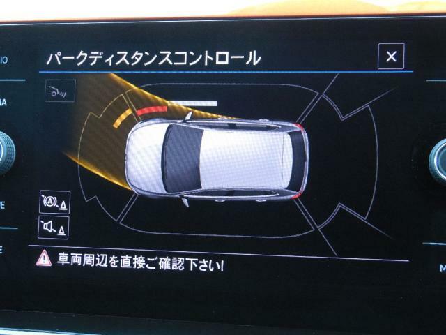 パークディスタンスコントロールは音とビジュアルで車両の前後サイドの障害物の接近を知らせます。ステアリングを切る方向、障害物の接近を音の間隔とバー(白橙赤)でモニタリングします。