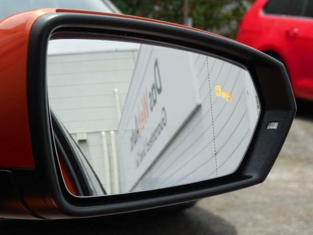 ブラインドスポットディテクション(後方死角検知機能)は死角となる後方側面に車両を検知した際にドライバーが方向指示器を操作するとドアミラー内臓の警告灯が点灯し注意を促します。