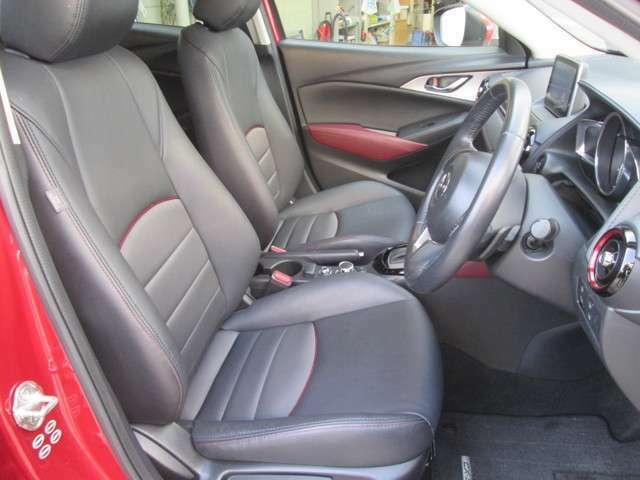 ゆったりとしたサイズを持つフロントシートは、体に沿ってシートがしなやかにたわむ構造により、シート全体で包み込まれるような心地よいフィット感です。