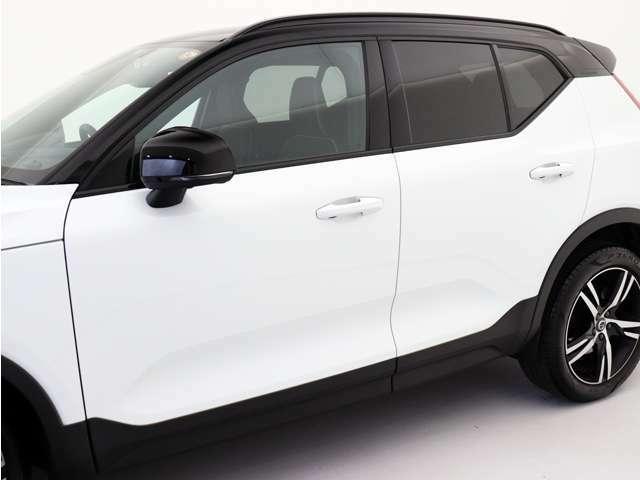 XC40 R-Designのブラックカラールーフは、エクステリアにちりばめられたグロッシーブラックのディテールともマッチし、R-Designらしいたくましさを印象づけます。