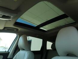 天井一面に広がるパノラマ・ガラスルーフを特別装備しています!後席まで広がるガラス面は解放感たっぷり!普段のドライブをより一層素敵なドライブに変えてくれる装備・仕様です♪
