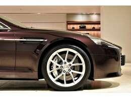 近代アストンマーティンを牽引してきた当車両は今もなお色褪せることはなく、造形、運動性能は勿論、乾いた上品なエキゾースト、クラフトマンシップが広がるインテリア、五感で味わう全てが特別な時間を演出致します