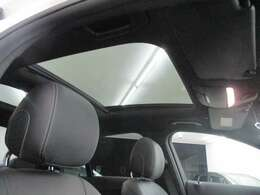 パノラマスライディングルーフが装備されており、車内を明るくします。