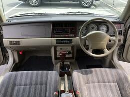 内装はシンプルな作りですが、味わいのあるシートはクッション性も良く、ドライブが楽しくなります。
