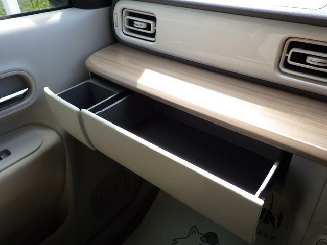 助手席前にBOXティッシュを収納できます。運転席からでも手が届き、使い勝手◎