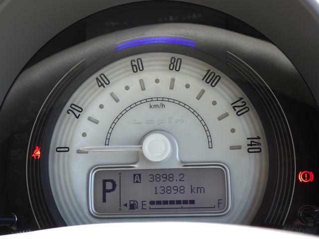 シンプルで 必要な情報を読み取りやすいメーター。メーター上部の照明色で エコ運転の確認ができます。