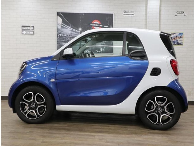 メルセデスの最先端技術を惜しみなく投入したシティ・コンパクト「smart fortwo」の特別仕様車。トリディオンセーフティセルおよびフロントグリルにホワイトを採用した、ミッドナイトブルーの220台限定車です。