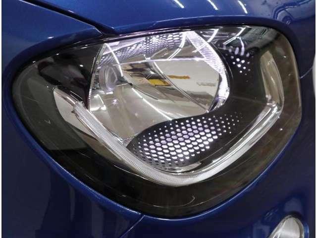 Aプラン画像:個性的な表情をつくるU字型のLEDガイド付きヘッドライト、周囲が暗くなると自動で点灯するオートライト機能や解錠時にヘッドライトの点灯で乗員を迎えるウェルカムライトも備えています。