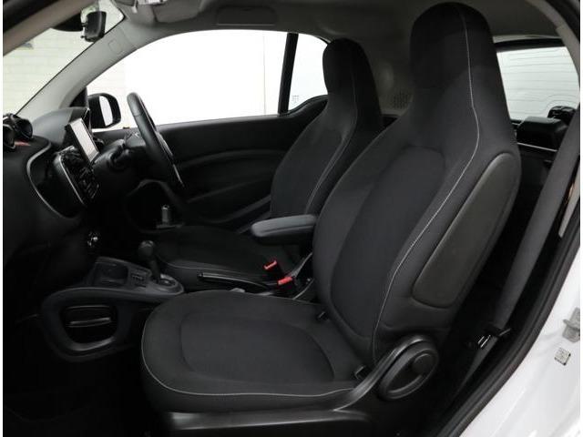 ヘッドレスト一体型のスポーティなタイプのシート。スプリングストロークが大幅に拡大されて快適性がさらに高まりました。