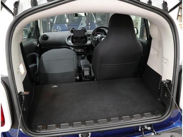 エンジンを床下に搭載する、フラット&スクエアなで使いやすいラゲッジルーム。助手席を倒せば、長尺物の積載も可能。使い勝手も充分です。