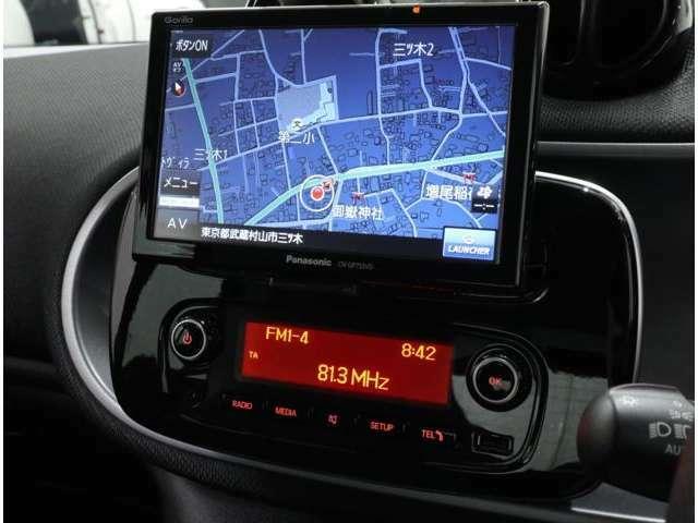 純正オプションのパナソニック製ワンセグTV内蔵ナビにはバックカメラも搭載。ダッシュボードの手前に浮かんでいるように見えるデザインのBluetooth/USBインターフェース付AM/FMラジオ。