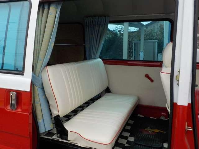 バンなのでリアシートは小さ目です。 畳めばフラットな荷室で車中泊も余裕のスペースです。