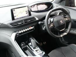 i-Cockpitは直感的操作のタッチスクリーン、小径ステアリング、カスタマイズ可能なヘッドアップデジタルディスプレイでスムーズなドライビングを可能にします