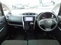 視認性や操作性を備えつつも先進的なデザインを追求した運転席まわりです。