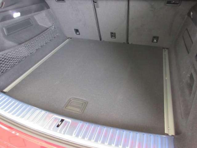 トランクルームです。開口部が大きい荷室は、多くの荷物を積み込むことができます。さらに、長尺物の積込みに重宝するトランクスルー機能付。買い物から旅行まで問題なしです。