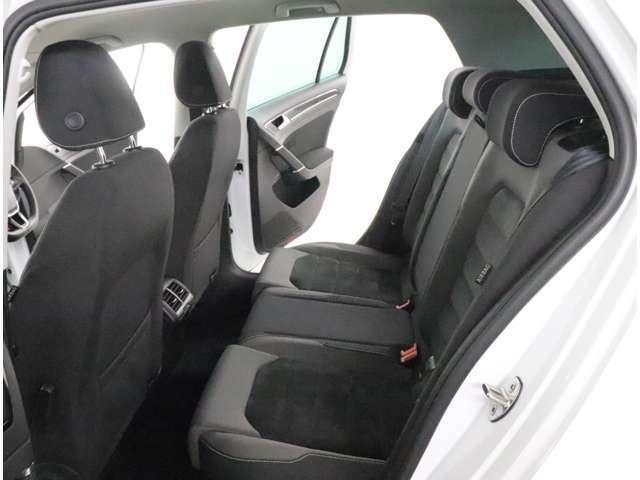 ★後部座席です。シンプルで機能的なPeople'carを実現するインテリアです。適度なタイト感と圧迫感を感じないシートになっております。