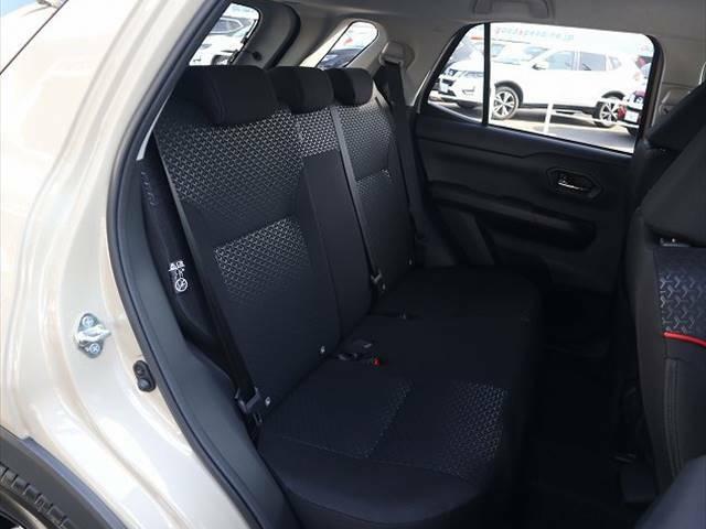 セカンドシートもゆったりとしたスペースが確保されております