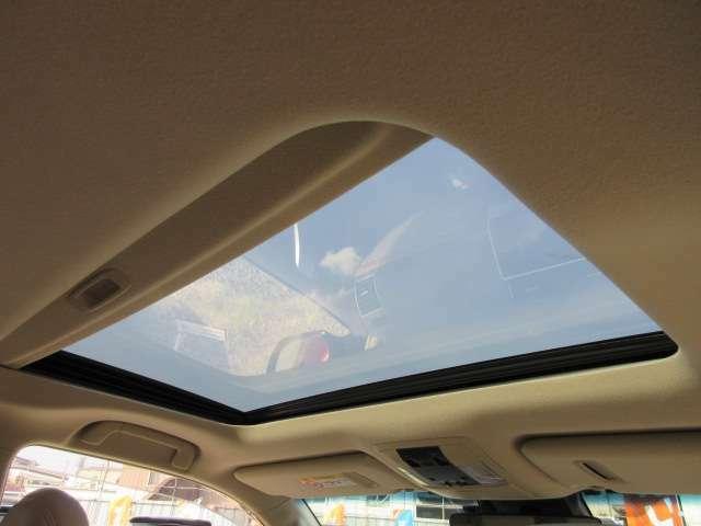 純正オプションサンルーフ付き♪ 車内も明るくなり、換気にも役立ちますね♪