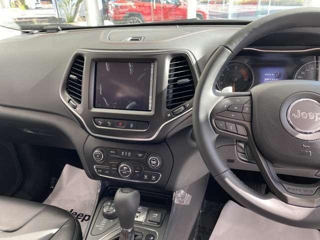 8.4インチVGAタッチパネルモニターで、Bluetooth接続による音声操作、ナビゲーション、エアコンなどを直感的に操作可能。Apple CarPlayおよびAndroid Autoを搭載しています。