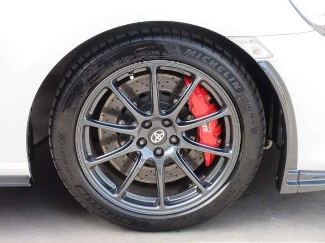 専用17インチアルミホイール&専用ブレンボレッドキャリパー&専用ブレーキローター付き♪ とても豪華な足回りとなります♪