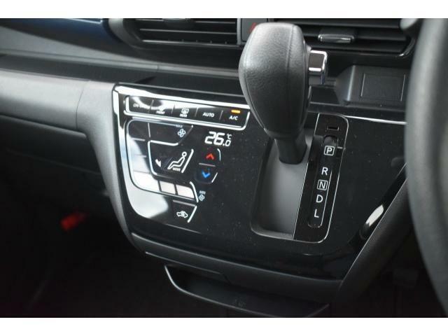 タッチパネル式オートエアコンで温度を設定するだけで快適な車内環境を維持することが出来ます!