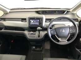 フロントガラスからの死角を減らす為に低く設置されたダッシュボードはホンダ車に共通する設計で、安全運転に対する拘りの表れです。運転姿勢を崩さずに手が届く各スイッチ類も是非現車にてご確認下さい。