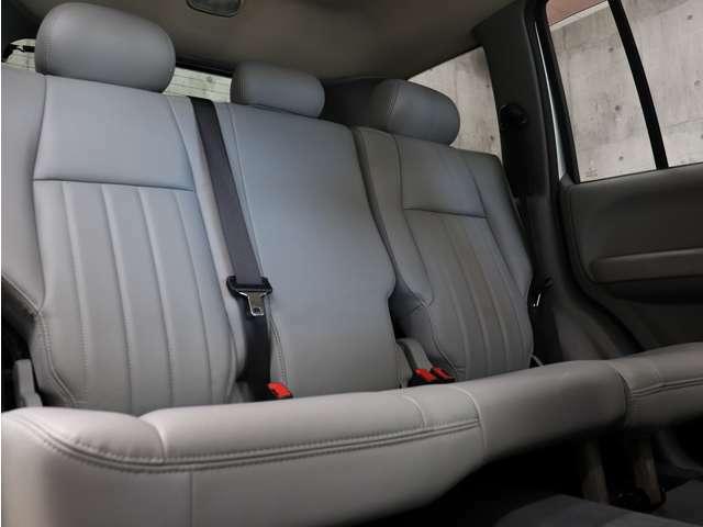 後部座席も広々としていて、ご同乗の方もゆったりとおくつろぎいただけます。