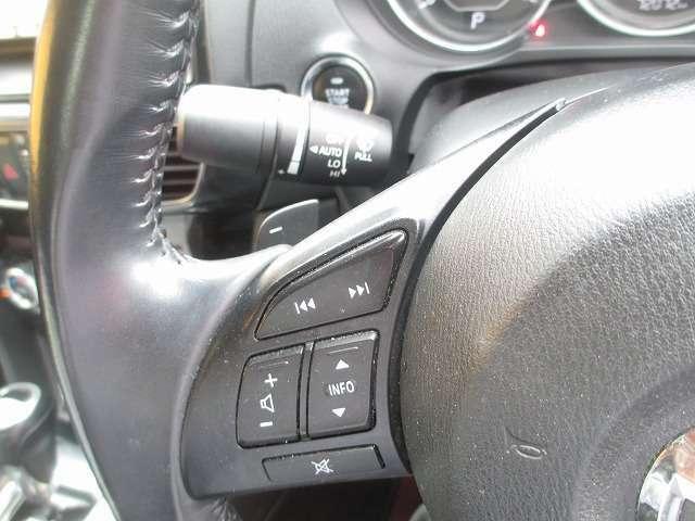 ステアリングスイッチ付き。ハンドル部分にオーディオ操作ができるスイッチが装備されています。視線をそらさず操作を行えますので、安全運転にもつながりますね。
