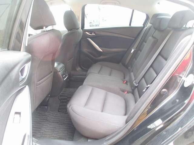 リアシートも足元広々!大人もゆったり座れます。車内は徹底クリーニング済み!