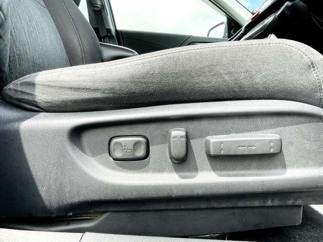 【 パワーシート 】最適なシートポジションを提供し快適にお過ごしいただけ、助手席は足元にお荷物を置いてもゆとりのある空間です。
