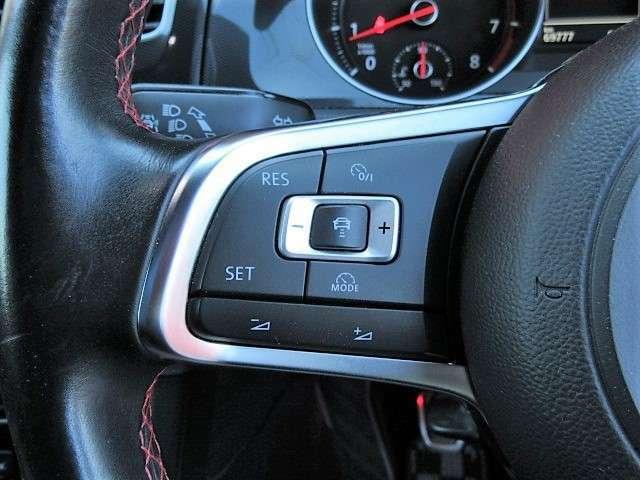【ステアリングスイッチ】レーダークルーズコントロール、ブレーキアシストなどの操作が可能です。