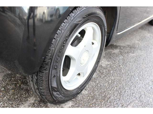 タイヤ4本ともタイヤの溝タップリあります