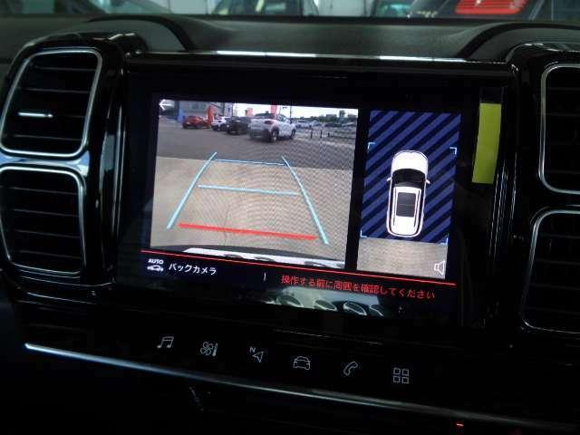 リバース時には、8インチタッチスクリーンに、リアカメラの映像が自動的に映し出されます。安心安全な車庫入れが可能です。そして、置くだけで充電可能なスマートフォンワイヤレスチャージャーもつきます。