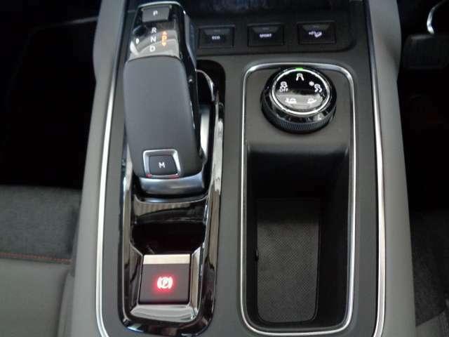 新たに装備された最新の8速AT。効率を突き詰めることで、スムースで省燃費、静粛性を高めた次世代型トランスミッションです。また、様々なモードを選択できるヒルディセントコントロールも装備します。