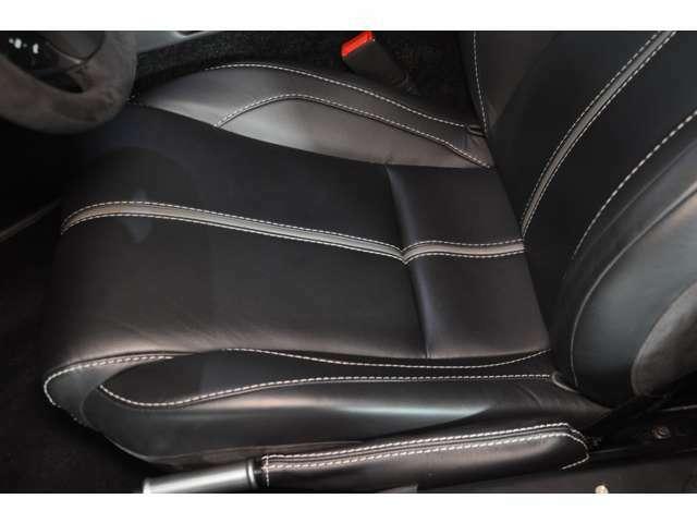 ◆運転席シートは目立つシワ等なく良好な状態を保っております◆