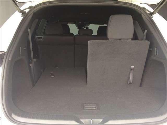 分割でシートが倒せるので、6人乗車状態で、長尺物や大きな荷物を積み込めます。必要に応じて便利に使い分けてください