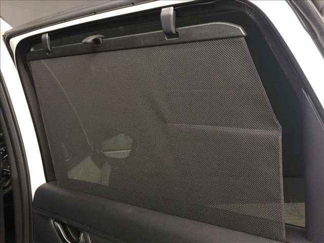 リヤドアの窓ガラスには引き出し式のサンシェードが設置されています。夏場の陽射しを遮る場合やお子様が睡眠されている時など、ワンタッチで使用できる優れものです。
