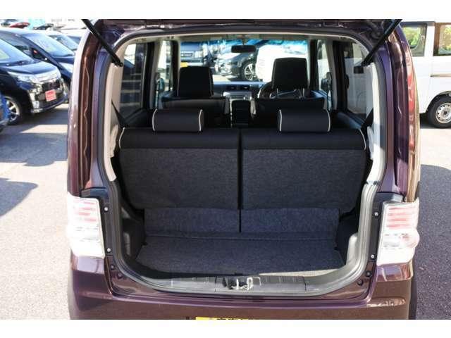 後席は、左右それぞれがリクライニング可能。背面を前に倒すことで、荷室空間を拡大できます!