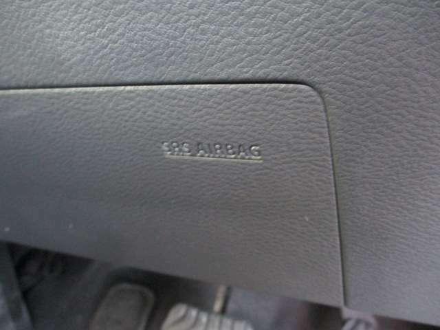 ドライバーの足元を守るエアバッグシステムです。