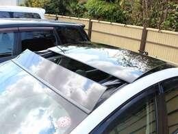 【ソーラーベンチレーションシステム】ルーフに配したソーラーパネルで発電しその電力により車内の換気を行うもので、炎天下での駐車中に作動させることによって、車内の気温の上昇を抑えることが出来ます☆