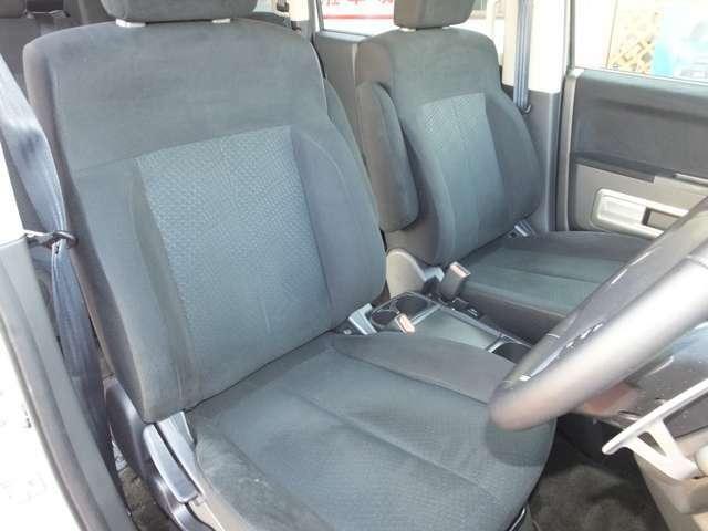 運転席シートに1cmのコゲ穴があります。