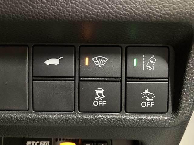 運転席はしっかりとしたスペースが確保されており、アイポイントも高いのでゆったりとしたドライブが楽しんでいただけますし茶革シートなので高級感があります。