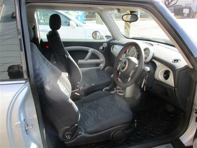 運転席&助手席は、ホールド性も良く、乗り降りしやすい!