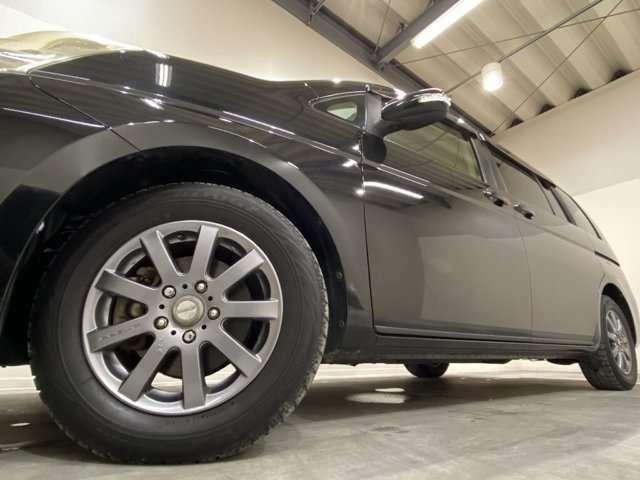 ホイルは社外15インチアルミホイルになります。タイヤは夏冬セットでお付けしますので、余計な出費もかさまず安心です。タイヤサイズ195-65-15。