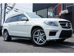 """約70万円のオプションである、""""AMGエクスクルーシブパッケージ""""装着車になり、21インチアルミホイール、白のボディーカラーでとても大きく見えます。"""