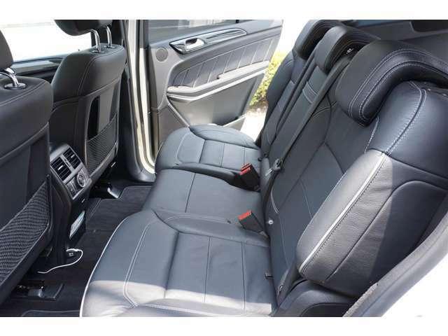 セカンドシートはリムジン並みの広さで使用歴も浅く、擦れや汚れもない。3列目シートは