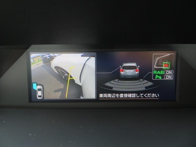 セイフティプラスのサイドカメラと車体後部に装着されたソナーセンサーが障害物を検知。衝突の可能性がある場合は、警報音と警告表示しますっ!