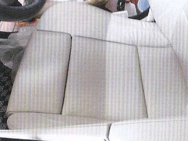 Bプラン画像:■左側はクリーニング前、右側がクリーニング施工後の状態。日々の使用で知らないうちに汚れてしまう車のシート。黒レザーも一見汚れが目立ちませんが、実は黒いテカりは汚れている証拠です。